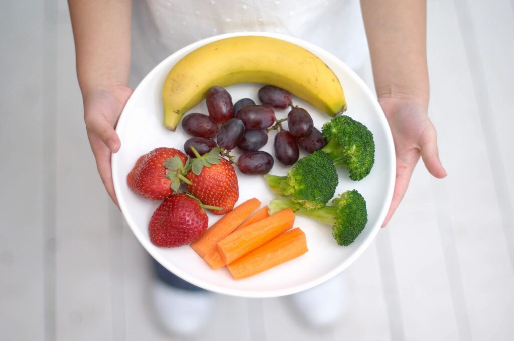 A plate with fruits and vegetable